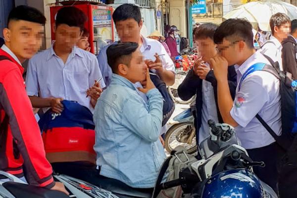 học sinh hút thuốc lá